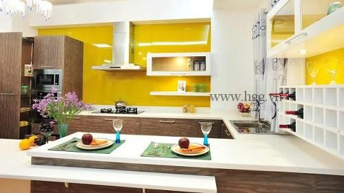 Kính ốp bếp màu vàng tạo không gian ấm cúng cho gia đình