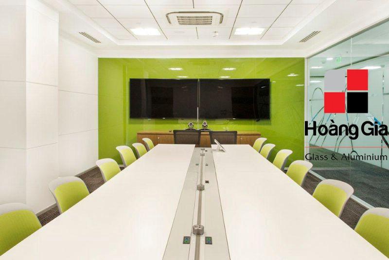 kính màu ốp tường khu vực văn phòng
