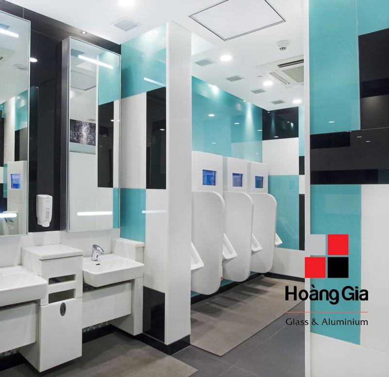 kính màu ốp tường nhà vệ sinh