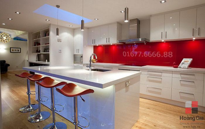 Kính ốp bếp màu đỏ đẹp cho tủ bếp màu trắng