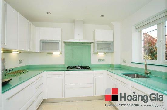 Kính màu ốp bếp giúp bếp đẹp sạch hơn