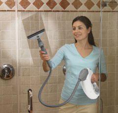 Làm sạch vách kính nhà tắm như mới