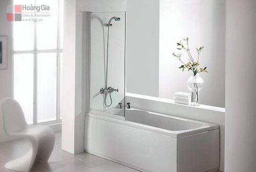 Bồn tắm đứng vách kính mang lại vẻ thoáng mát, sang trọng cho ngôi nhà bạn.