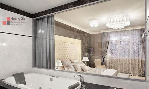 Vách kính cường lực ngăn cách phòng tắm và phòng ngủ