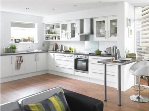 kính ốp bếp màu trắng trong tạo nên vẻ đẹp trang nhã, hiện đại