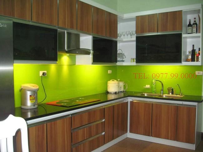 Giá kính màu ốp bếp - bếp màu xanh cốm đẹp