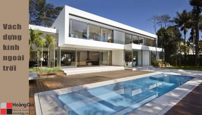 Vách kính cường lực ngoài bể bơi nhà riêng