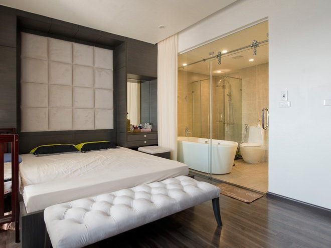 Vách kính ngăn giữ phòng vệ sinh và phòng ngủ